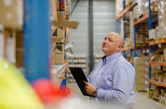 Giel Cleef van Logibility in een magazijn
